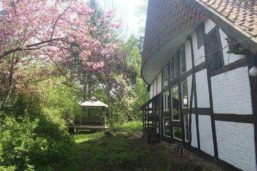 Die Wohnzimmerseite des Krumhus mit Gartenpavillon