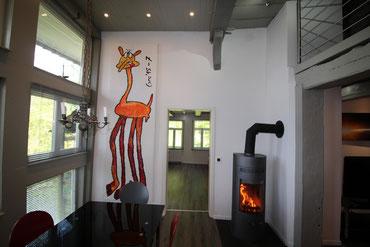 Der Esstisch, der Kaminofen und die Giraffe Marius