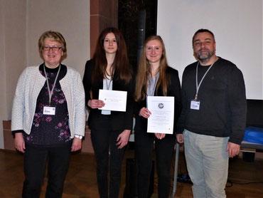 Urkundenübergabe. Von links: Prof. Mittag (Universität Jena), Lorena Koch, Aileen Girschik und Prof. Holzinger (Universität Innsbruck)