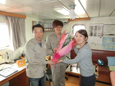 ▲船長へ花束の贈呈