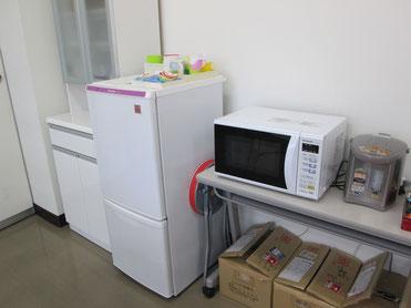 冷蔵庫、レンジ、湯沸かしポットもあります。