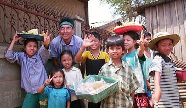 ハノイから陸路でバンコクへ! タイとの国境近くでカンボジアの子供たちと。