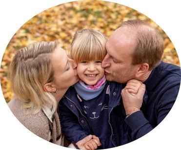 lebendiges Familienfoto aus einem Fotoshooting mit einer Familie im Herbst - Familienfotografie in Hamburg Bergdorf