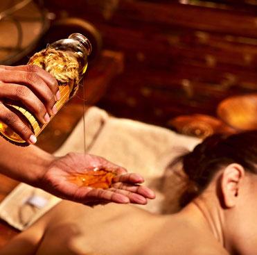 Bei der Abhayanga Massage wird der ganze Körper mit warmen Planzen-Öl verwöhnt.