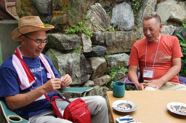 冒頭の楠ノ瀬さんのプラグを手に微笑む「バッド&ジョーイ」の藤田さんと、プラグの所有者の福原さん