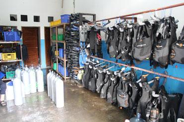 Hier werden alle Sachen aufbewahrt, von Flossen, über Tauchanzüge und Sauerstoffflaschen (in denen ist eigentlich ganz normale Luft)