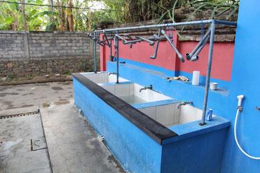 Hier werden die Sachen vom Salzwasser gereinigt, sonst hält sich das alles nicht lange oder die Sicherheit ist nicht mehr gewährleistet.
