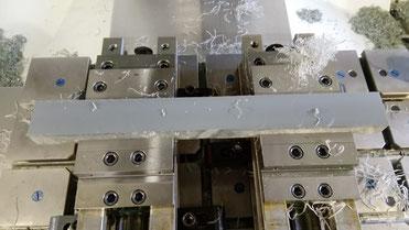 Als erstes einen Streifen aus 30iger PVC Material genommen und abgeplant, damit ein geeigneter Untergrund entsteht.