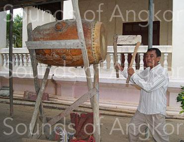 Tambour de pagode skor peiry sur support. Région de Battambang. Cambodge.