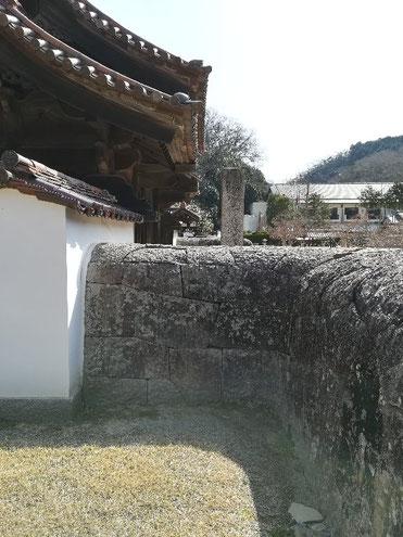 珍しいかまぼこ型の石塀(巾約1.8m、高さ約2m)