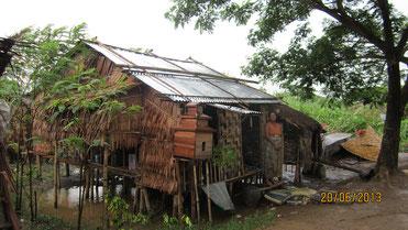 Diese total zerstörte Hütte wurde für 250 € von PASDB wieder aufgebaut. Rechts Mutter mit ihrer Tochter (von PASDB eingeschult) die diese bewohnen.