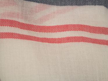 Webschal mit blauen und roten Streifen