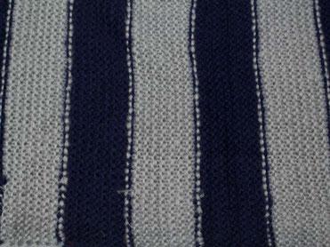 Strick Loop grau blau gestreift, nah
