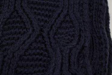 Strickschal dunkelblau nah