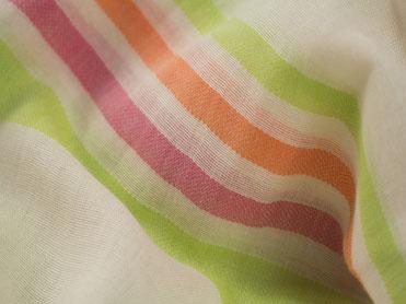 Webschal mit grünen, orangen und pinken Streifen
