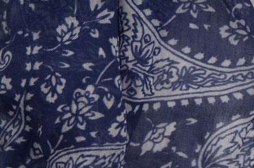 Blauer Schal mit Paisley