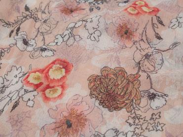 Rosafarbener Schal mit japanischem Blumenmuster
