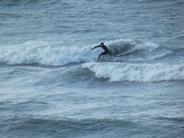 中々風もあり、引っ張る乗りずらそうな波も乗ってましたよ~。