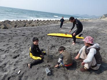 最後は浜で、サッカーと砂遊び(^o^)丿 ちびっ子の定番コースです(笑)
