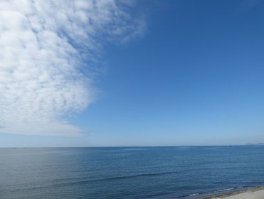今日はお昼は快晴!海と空が青く雲の白も爽やかでした!