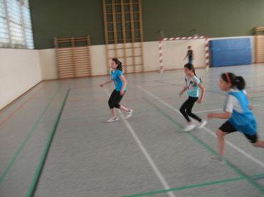 Mädchen spielen selbstverständlich mit in der Fußball-Pausenliga