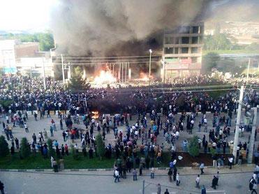 Demonstranter sætter hotellet 'Tara' i brand