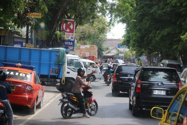 la frénésie de Denpasar, la capitale ...
