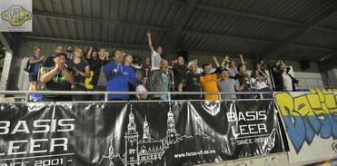 Dreifach-Torschütze Maik Nirwing feiert mit den Fans den Sieg.