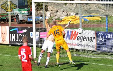 Maik Nirwing bricht den Bann und köpft die Führung für den VfL.