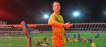 Doppel-Torschütze feierte nach dem Schlusspfiff mit den VfL-Fans