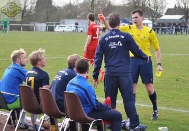 Der bereits ausgewechselte und verwarnte Leeraner Thilko Boekhoff (links) sah kurz vor dem Schlusspfiff wegen Meckerns von Schiedsrichter Alexander Thole (Lohne) die Gelb-Rote Karte.