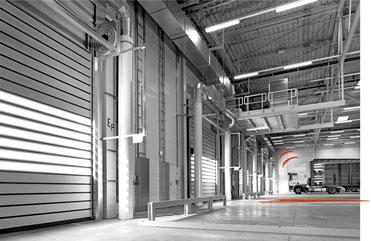 Transport und Logistik. LKW in Lagerhalle.