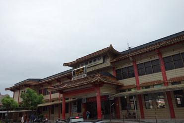 建物とデジタル時計がミスマッチな羅東駅