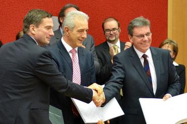 Unterzeichnung des Koalitionsvertrages durch den Ministerpräsidenten Stanislaw Tillich (CDU) und die Fraktionsvorsitzenden Frank Kupfer (CDU) und Martin Dulig (SPD).