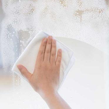 大掃除で窓ふきをする様子