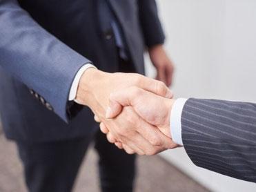 引き渡しが完了し握手しているイメージ画像