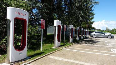 Tesla Supercharger mit 8 Ladepunkten