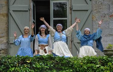 Manantes au balcon du Château de Loubens (Eve, Pascale, Florence et Nadette). Photos Marie-Lise Gauthier