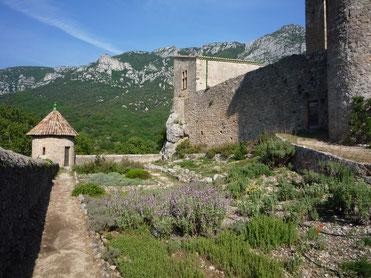 Vue globale du jardin du château de Baulx