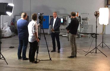 Exipnos-Geschäftsführer Peter Putsch beim Interview vor der Kamera. Foto: Franziska Fritze/ Exipnos.