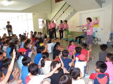 校区福祉会長より挨拶と注意事項を聞く児童
