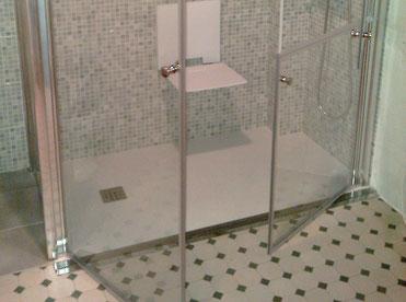 ejemplo de plato de ducha a rás de suelo con canaleta con función rebosadero y mampara especial ayuda técnica