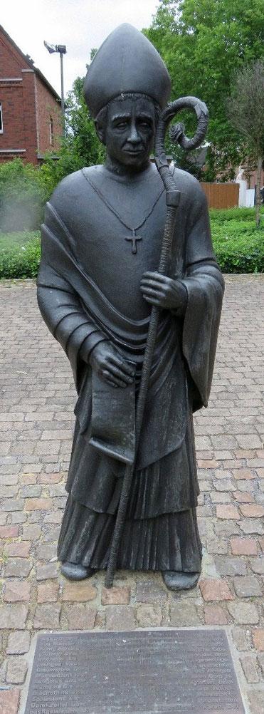 Bischof Wolfhelm neben der Kirche St. Vitus