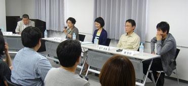 (左から)冨川元文さん、東多江子さん、藤井香織さん、榎戸崇泰さん、磯智明さん