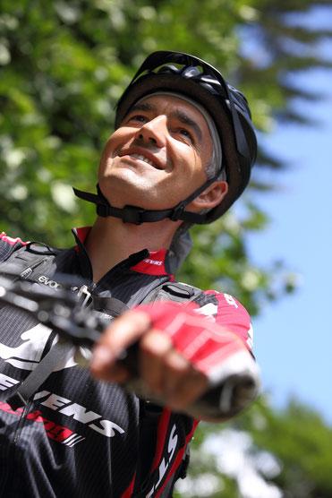 Mountainbike-Guide Daniel lächelt