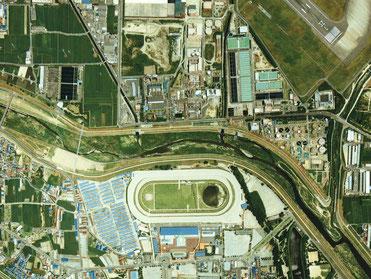 航空写真で見る園田競馬場 一級河川猪名川 右側に千里川が合流 右上に大阪空港滑走路が見えます