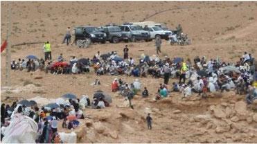 Sit-in de la population sur le mont Aleban sous la surveillance des gendarmes et du personnel sécurité de la SMI.