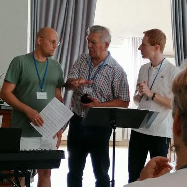 Beratung des polnischen und deutschen Chorleiters mit Dolmetscher