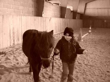 Je suis fier de marcher pour promener mon poney.
