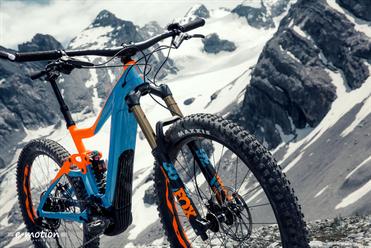 Die Sitzhaltung des Giant Trance SX ist sportlich-komfortabel und der Fahrer sitzt tief im Bike.
